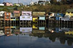 Дома Palafito над водой в Castro, Чили Стоковое Фото