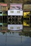 Дома Palafito над водой в Castro, Чили Стоковое фото RF