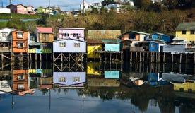 Дома Palafito над водой в Castro, Chiloe, Чили Стоковое Фото