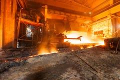 Доменная печь плавя жидкостную сталь в сталелитейных заводах Стоковые Изображения RF