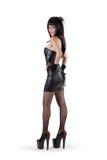 Доминантная женщина в платье фетиша и высоких пятках Стоковое Фото