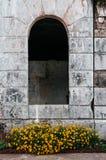 Доминиканские окна свода дома отступления холма с цветком, Baguio, p стоковые изображения rf