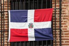 Доминиканский флаг на фасаде здания, Санто Доминго, Доминиканская Республика Конец-вверх Стоковое Изображение RF