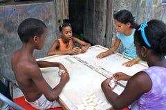домино детей кубинское играя улицу Стоковая Фотография
