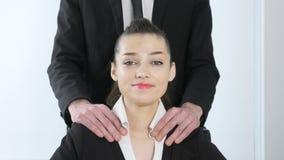 домогательство Вождь в костюме делает массаж плеча к его секретарше и она счастливые 60 fps видеоматериал