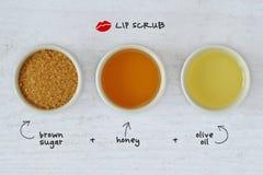 Домодельная губа scrub сделанный из желтого сахарного песка, меда и оливкового масла стоковое изображение