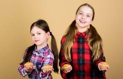 Домодельная еда Питание и калория диеты здоровые Yummy булочки Дети девушек милые есть булочки или пирожное E стоковая фотография rf