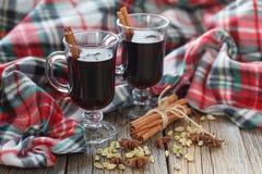 Домодельная зима обдумывала вино с ингридиентами на таблице Стоковая Фотография