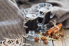 Домодельная зима обдумывала вино с ингридиентами на таблице Стоковые Фото