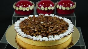 Домодельная миндалина покрыла ложь торта против красного десерта сток-видео