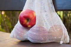 Домодельная многоразовая хозяйственная сумка для фруктов и овощей стоковое фото rf