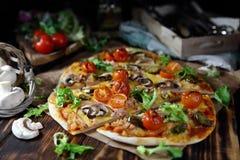 Домодельная пицца с champignons, томатами и перцем Стоковая Фотография