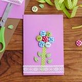 Домодельная поздравительная открытка для детей, который нужно сделать Канцелярские принадлежности на коричневом деревянном столе  Стоковые Фотографии RF