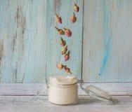 Домодельная сливк роз и масла argan стоковые фото