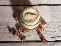 Домодельная сливк рук, сливк роз стоковое изображение rf