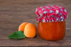 Домодельное варенье абрикоса в опарнике Стоковое фото RF