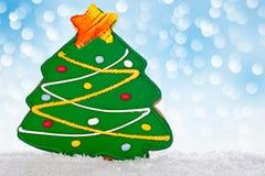 Домодельное зеленое печенье хлеба имбиря рождественской елки Стоковые Изображения RF
