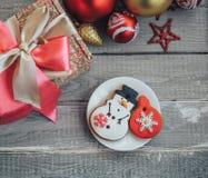 Домодельное печенье пряника в форме снеговика и рождество забавляются стоковое фото