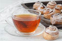 Домодельное печенье слойки с яблоком сформировало розы на стальной пластине Стоковое Фото
