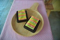 Домодельное пирожное чизкейка с цветом радуги стоковые изображения