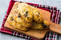 Домодельное турецкое печенье Pogaca с тимоном осеменяет/черные сезам и сыр на деревянной доске стоковые фотографии rf