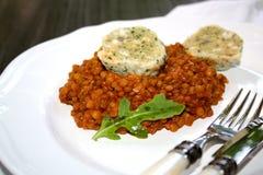 Домодельное тушёное мясо чечевицы с варениками хлеба стоковые фотографии rf