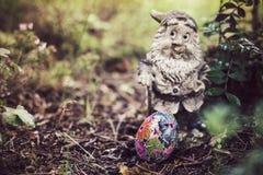 Домодельное украшенное пасхальное яйцо в саде Стоковые Изображения RF