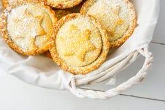 домодельно семените расстегаи Традиционный великобританский десерт печенья рождества при гайки изюминок яблок заполняя в плетеной стоковые фото