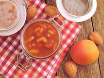 Домодельные абрикос и варенье миндалин стоковые изображения