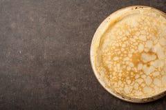 Домодельные блинчики на кухонном столе Стоковая Фотография