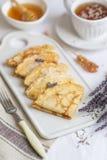 Домодельные блинчики с медом, чаем, цветками лаванды, легкой едой стоковое фото