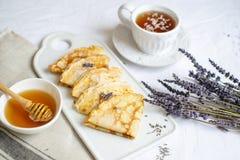 Домодельные блинчики с медом, чаем, цветками лаванды, легкой едой стоковое изображение rf
