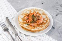 Домодельные блинчики с семгами, сметаной, легкой концепцией еды стоковое изображение rf