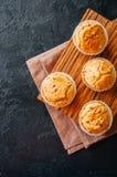 Домодельные булочки с беконом и сыром на черном backgrou шифера стоковая фотография rf