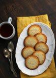 Домодельные булочки с напудренным сахаром на темной предпосылке, выборочным фокусом Романтичная принципиальная схема стоковое изображение rf