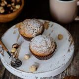 Домодельные булочки украшенные с порошком сахара, фундуки стоковые изображения rf