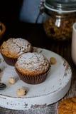 Домодельные булочки украшенные с порошком сахара, фундуки стоковые изображения