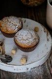 Домодельные булочки украшенные с порошком сахара, фундуки стоковая фотография