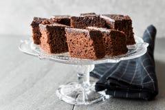 Домодельные влажные части пирожного торта губки шоколада в винтажной стеклянной стойке десерта Стоковая Фотография RF