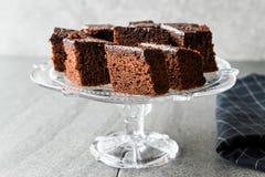 Домодельные влажные части пирожного торта губки шоколада в винтажной стеклянной стойке десерта Стоковое фото RF