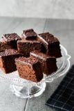 Домодельные влажные части пирожного торта губки шоколада в винтажной стеклянной стойке десерта Стоковые Изображения RF