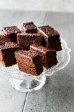 Домодельные влажные части пирожного торта губки шоколада в винтажной стеклянной стойке десерта Стоковое Изображение