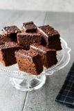 Домодельные влажные части пирожного торта губки шоколада в винтажной стеклянной стойке десерта Стоковое Фото