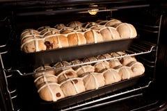 Домодельные горячие перекрестные плюшки в печи Стоковая Фотография