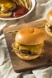Домодельные зажаренные Оклахомой Cheeseburgers лука Стоковое Изображение RF