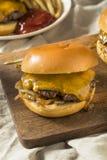 Домодельные зажаренные Оклахомой Cheeseburgers лука Стоковая Фотография RF