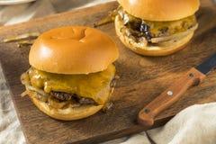 Домодельные зажаренные Оклахомой Cheeseburgers лука Стоковые Изображения