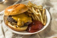 Домодельные зажаренные Оклахомой Cheeseburgers лука Стоковые Изображения RF