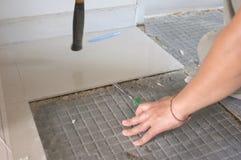 Домодельные заменяя плитки пола керамические сломанные, и гипсолит плитки слипчивый вне старая для того чтобы цементировать клей  стоковая фотография rf
