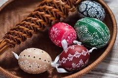 Домодельные и handmade пасхальные яйца на березе разветвляют на деревянном подносе, традиционном чехе, охоте пасхального яйца, хл стоковое фото